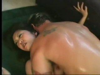 Flexibel asiatisch kaiya lynn spreaads geöffnet beine having würzig cunny bashed