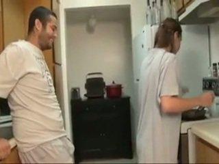 Bror och sister avsugning i den köks
