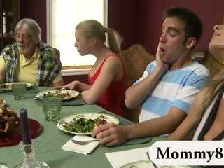 Drobne nastolatka w a trójkąt z macocha
