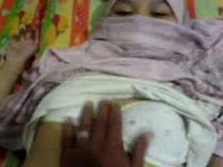Азіатська дівчина в hijab обмацана & preparing для мати секс