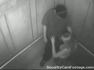 Rallig pärchen auf elevator sicherheit kamera