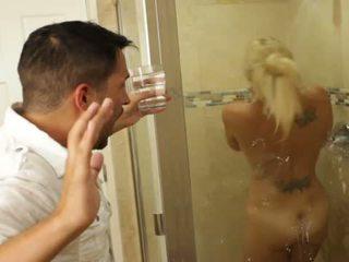 Blonda frumos gagica charlee chase loves futand inauntru bathrooms