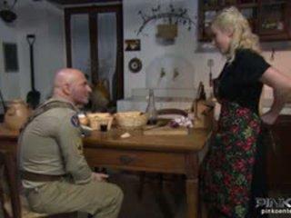 Blonde ménagère gets son chatte eaten par une soldier
