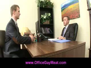 Homo employee seduces hänen pomo kohteeseen pitää hänen työ