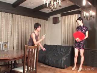 Seksuālā japānieši uz geisha outfit gets krūtis squeezed