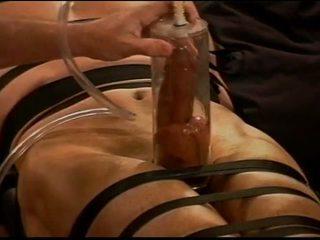 Ekstremalne vacuum pumping torturowanie kutasa i jaj na muscle guy
