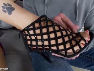Seksi gadis giving merangsang dengan kaki dan menunggangi kontol