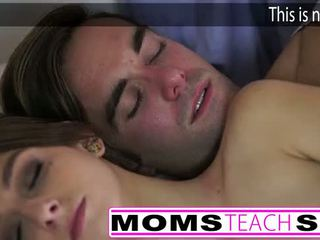 Forró anya és lépés fiú fasz fiatal barátnő