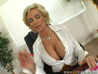 Mammīte ar milzīgs krūtis bezmaksas video