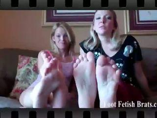 পা আবেশ brats: claire হৃদয় এবং dre licking তাদের পা.