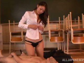 Reiko kobayaka znamk out nearby ji man in licks njegov meat stick