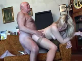 Gammal morfar fucks ung blondin