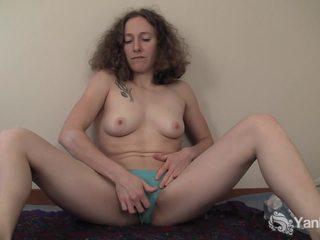 Curly haired nina фінгерінг її slick quim