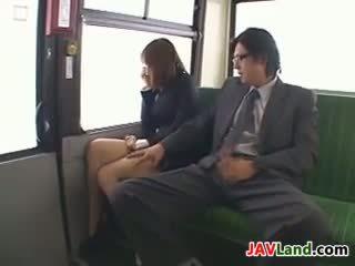 Ιαπωνικό κορίτσι τσιμπουκώνοντας καβλί σε ο λεωφορείο