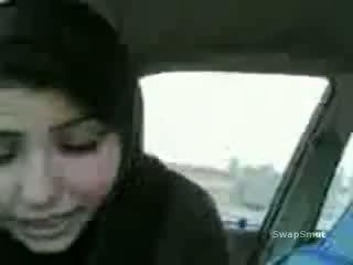 Arab dívka swallows připojenými opčními v the auto video