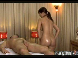 ब्यूटिफुल बस्टी masseuse देना orgas
