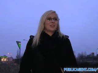 Publicagent von jebanie s sexy blondýna v okuliare
