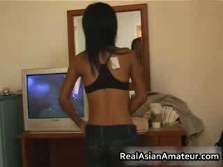 Asiática chica strips su lencería apagado