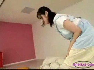 Asia gadis onani sementara licking seks dengan memasukkan jari tidur anda