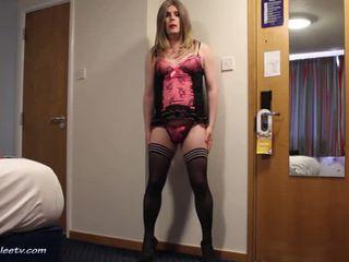 Emma lee - hotel haciendo pis en rosa bragas
