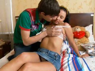 Lustful människa kisses flickor