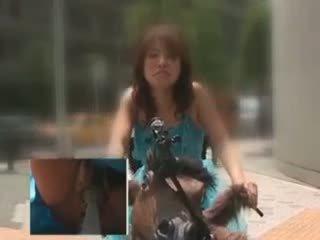 Asiatico bambola cavalcare il bike squirting tutto suo fica juices