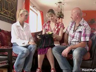 Fierbinte mama și tata ( parents) face lor fiică nud și avea sex