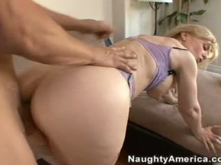 10 pounder loving nina hartley enjoys en juicy spray av kuk goo på henne ravishing munn