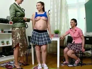 בהריון סטודנט ו - שלה חבר לקבל taught לסבית משחקים על ידי שלהם שובבי ישן מורה