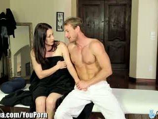 Curvy матуся rayveness обдурена в трахання masseur