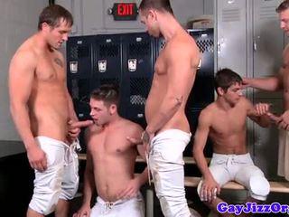 הספורטאים למצוץ cocks ב locker חדר