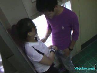 Aziatisch meisje in opleiding jurk zuigen lul licked en fingered geneukt van achter in de toilette