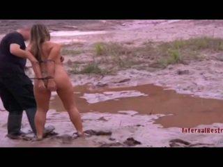 Nackt sklave mädchen im die mud