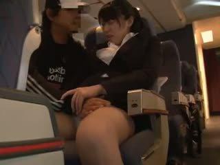 Officelady haparoi sisään airliner