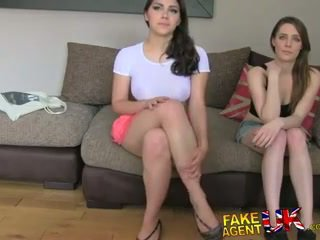 Fakeagentuk two jenter lykkelig til faen ham til en porno jobb lezzing opp og anal