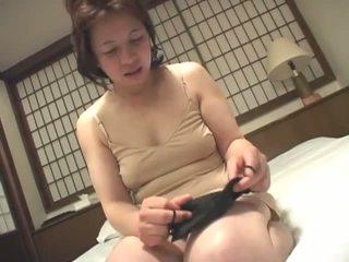 Porner premium: nadržané vyzreté japonské naivka masturbovanie na camera