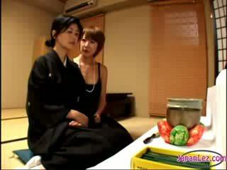 2 eldre widows kyssing rubbing meloner ett av dem getting henne brystvorter sucked på den seng