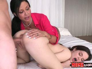 Hugetits אמא ללמד צעיר חם זוג