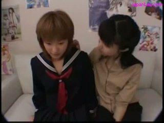女子生徒 キス とともに 彼女の 教師 getting 彼女の 乳首 吸う