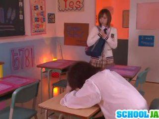 Yuu namiki sexy asiatisk babe ved skole på den pult
