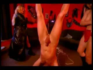 Two leidenschaftlich mistresses im schwarz stiefel taking pflege von ihre sklave