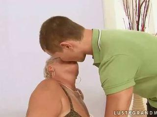Gemuk nenek enjoys seks dengan yang budak lelaki