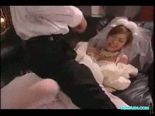 Азіатська дівчина в весілля плаття licked смокче пеніс трахкав сперма t