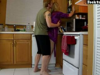 Momen lets son lift henne och mala henne het röv tills han cums i hans kortbyxor