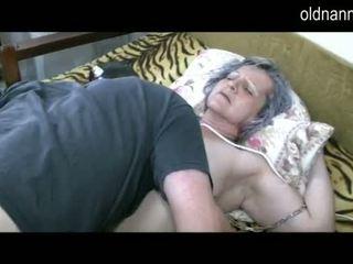 Стар бабичка получавам путка licked от млад guy видео