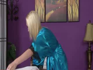 Blondi masseuse pelata kanssa customers mulkku