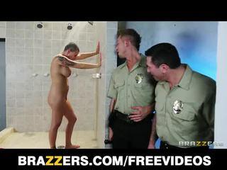 Gros seins geôle inmate eva angelina gets gang-banged en la douche