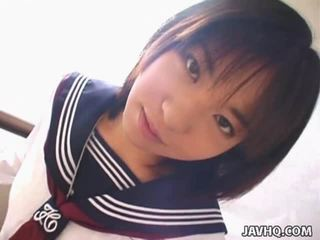 Teenaged japans studente gives haar eerste cocksuck
