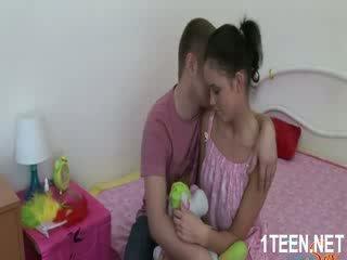 Naken het flicka gets tuttarna sucked och avsugningar
