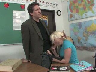 Seks untuk kelas dengan terangsang rambut pirang remaja megan moore